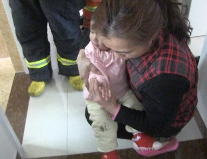 滕州一岁娃手指被卡 消防从17楼卧室爬窗进浴室救援