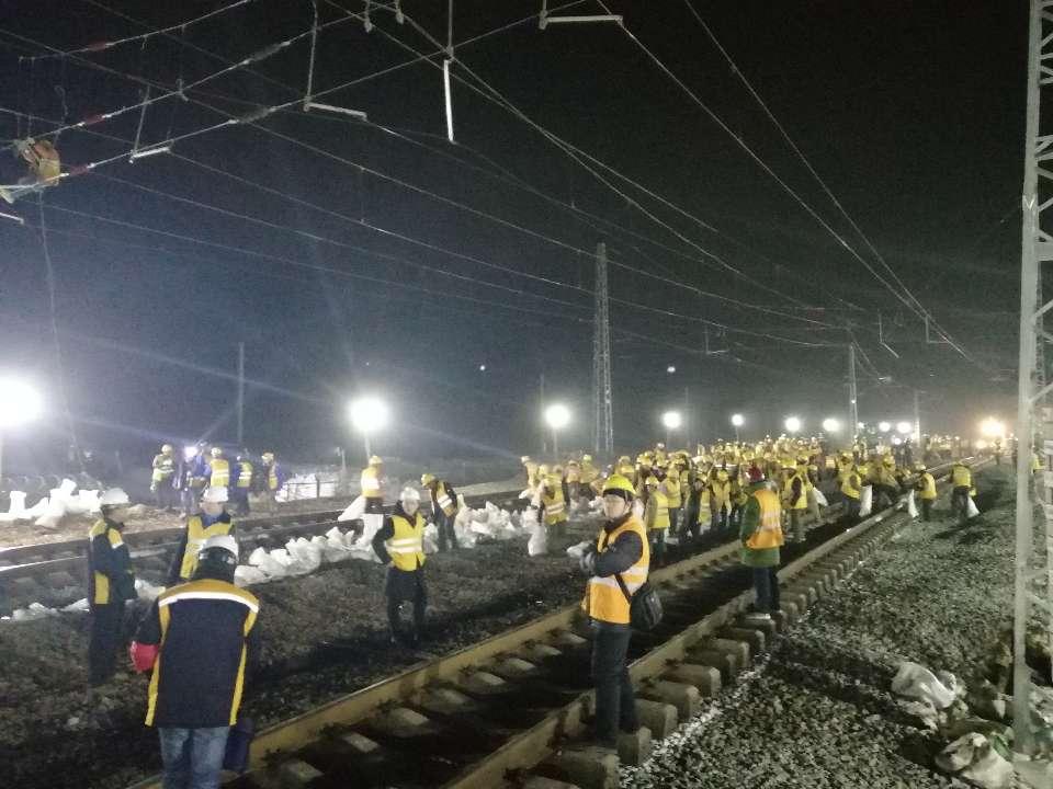 零下5℃!兖日铁路奎山镇站上演夜幕下千人大拨接