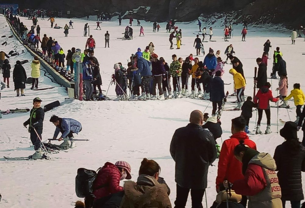 青岛北宅高山滑雪场为冰雪运动添加靓丽风景,冬季旅游增温