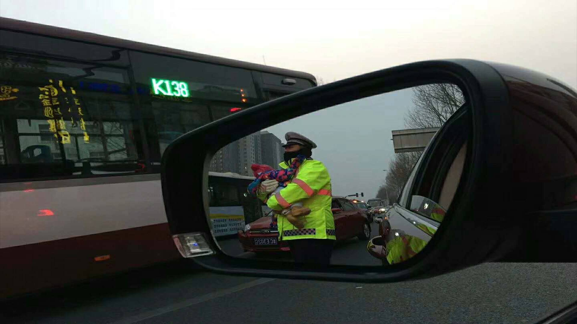 41秒| 淄博暖心协警抱娃指挥交通 帮事故司机照顾受惊孩子