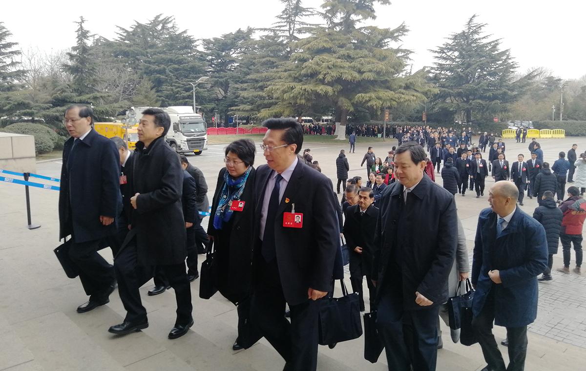 山东省十三届人大一次会议即将开幕 代表委员步入会场