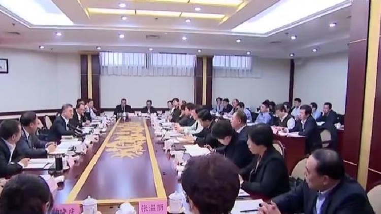 山东省委领导和有关领导与代表审议政府工作报告