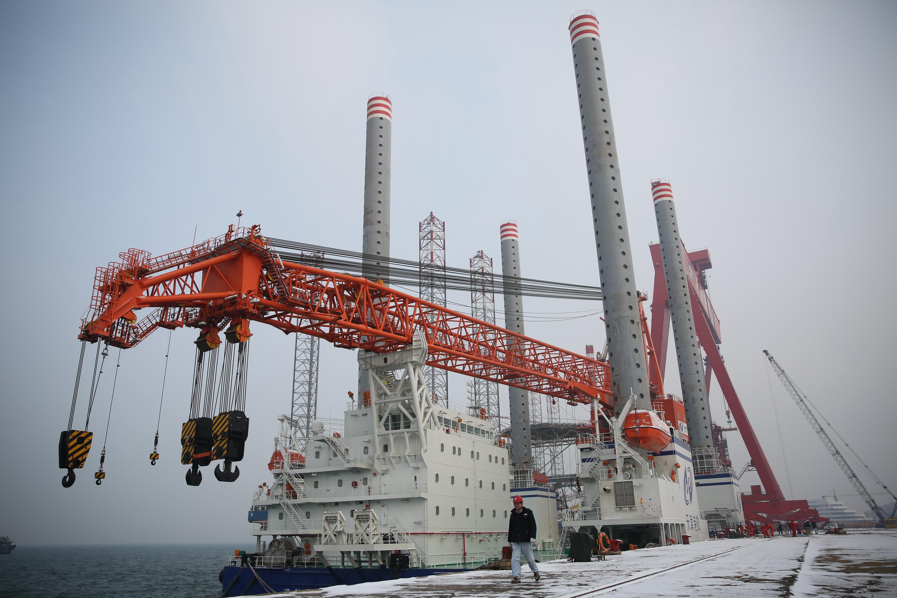 国内起重量最大的海上风电施工平台在青岛交付