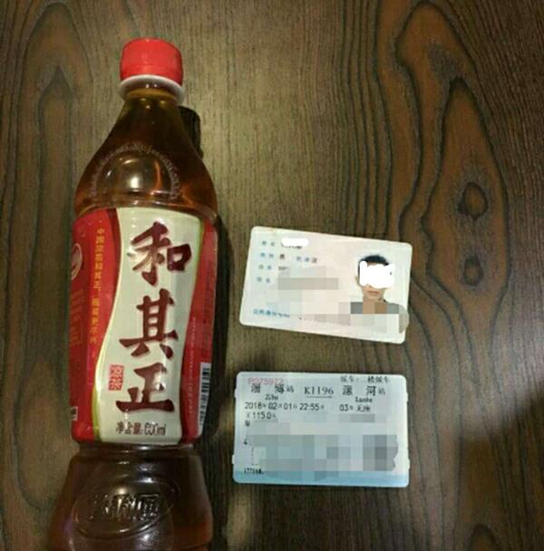 """淄博火车站一男子带""""饮料""""过安检 拒绝试喝露了馅"""