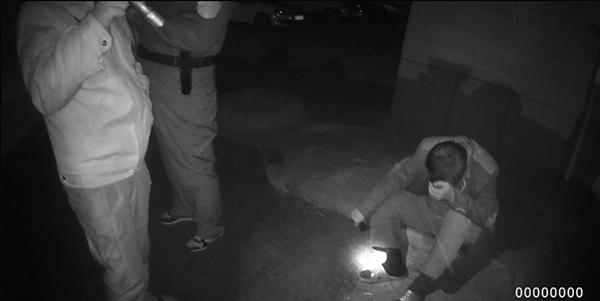 淄博:男子会友酒后倒在路边 热心群众及时发现并报警