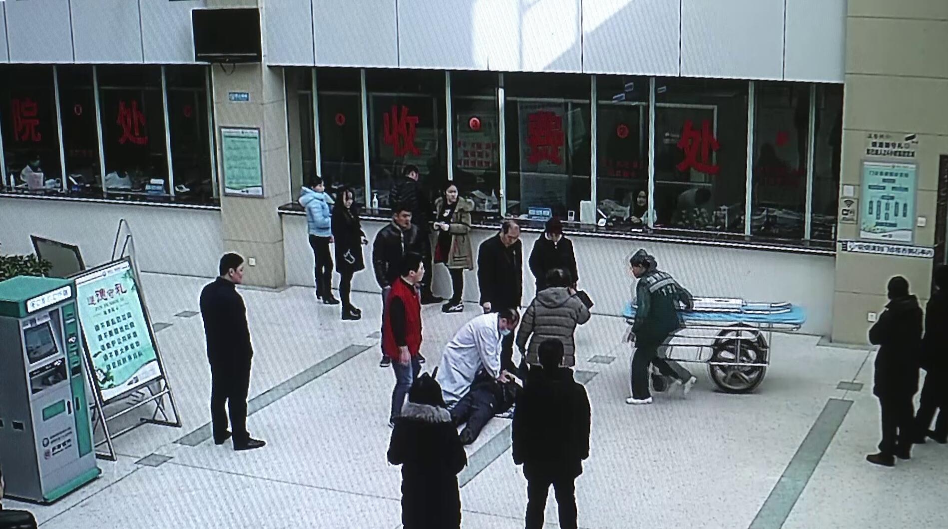 47秒丨感动!淄博一老人在门诊大厅心脏骤停 医护接力急救