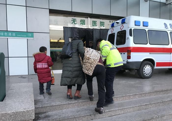 出租车乘客突发心脏病,下班高峰聊城交警开道5分钟送医