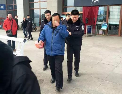 """茌平 :为躲债务""""老赖""""欲远走高飞,临行前被法院干警带下火车"""