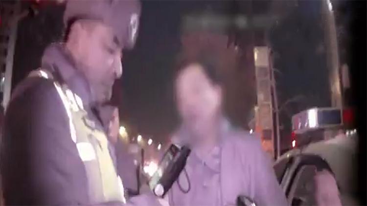 98秒|烟台男子狂按喇叭引来民警,酒驾被查出,驾驶证也是假的