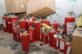 兰山区查获一处灭火器制假窝点 干粉灭火器装滑石粉