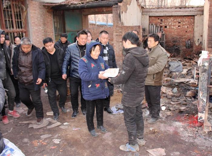 聊城:寒冬大火烧光小伙的家 爱心人士一日募捐8万帮渡难关