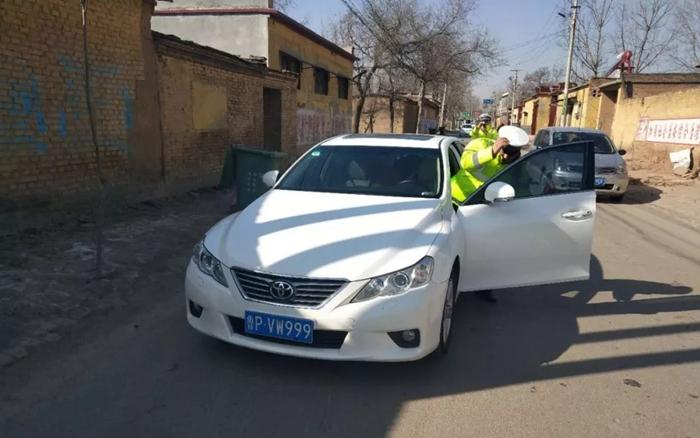 遇交警查车竟加油门逃窜 阳谷一男子无证驾驶套牌车被查