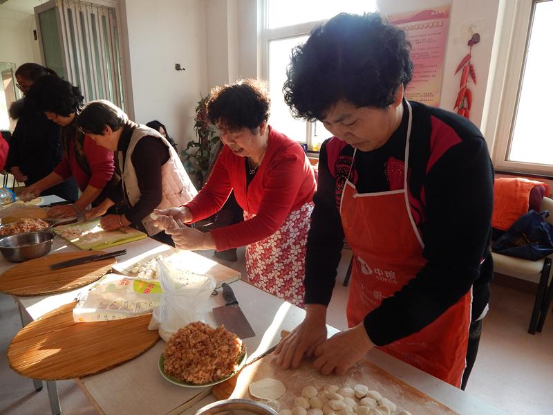 快乐过小年 青岛街道社区开展包饺子送温暖活动
