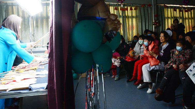 血液病患儿医院过小年:皮影戏,传统面塑全都有