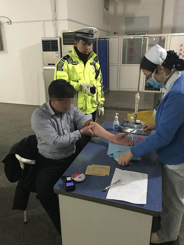青岛一司机醉驾被查 酒精测试仪测出最高纪录
