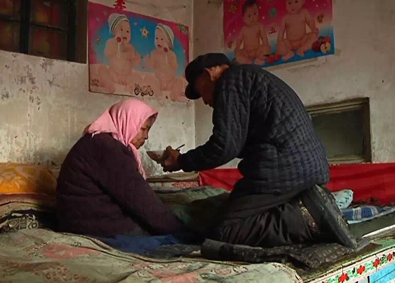 潍坊这个男人每天都要跪在他媳妇面前 原因竟然是……