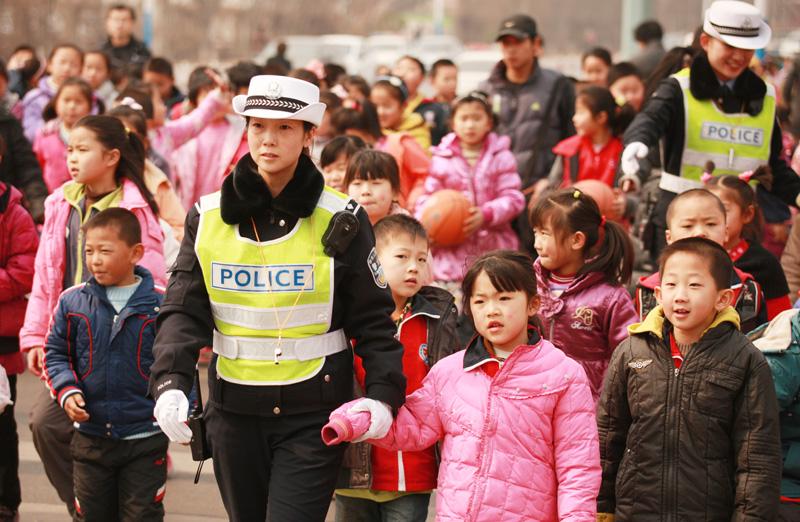 齐鲁最美警察丨6年守卫护学路 封艳红却没时间和队伍里的女儿说句话