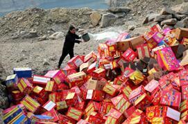 兰山警方集中销毁非法烟花爆竹4000余箱