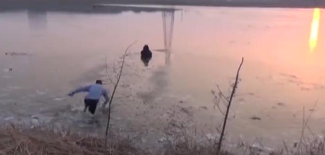 金乡女子因家庭琐事跳湖轻生 民警紧急下水破冰施救