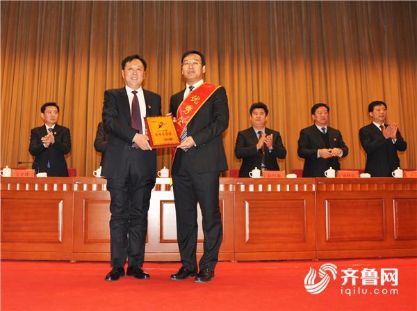 招远市委市政府对优秀企业家进行表彰.JPG