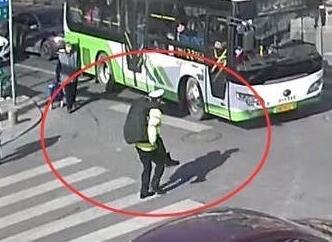 威海街头女子突然昏厥,交警背起飞奔送医院