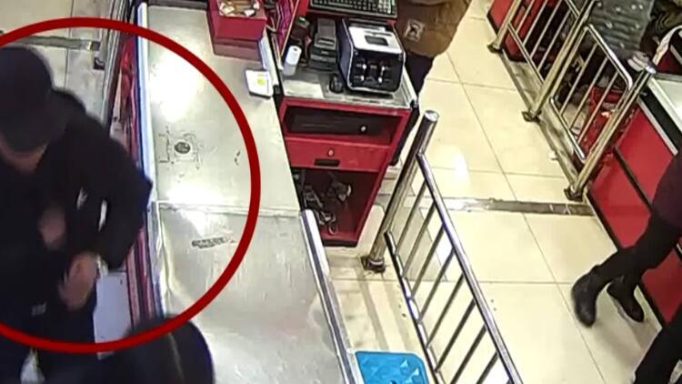 20秒丨警惕!黑衣男3秒钟偷走手机 受害人毫不知情