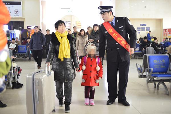 """青岛火车站""""捉迷藏""""迷路 铁警蜀黍帮""""熊孩子""""找妈妈"""