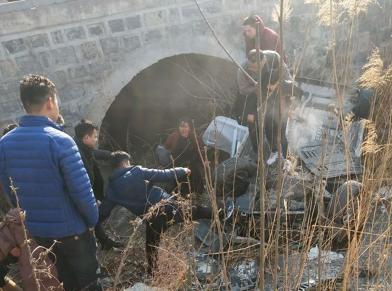 暖新闻丨轿车冲进大沟翻落水5人被困 路人合力营救