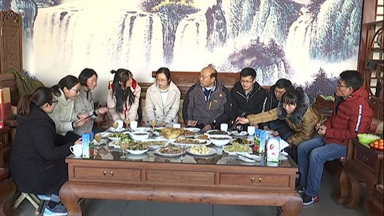 淄博村民资助11个贫困孩子上学,今年他们一起吃了顿团圆饭