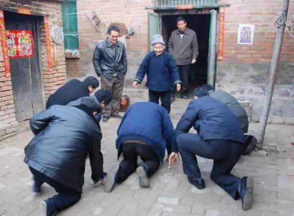 25秒|论春节传统拜年习俗只服农村:排长队逐辈磕头