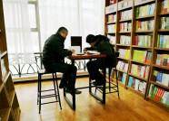 """潍坊:读书""""充电""""成度假新时尚 图书市场生意忙"""