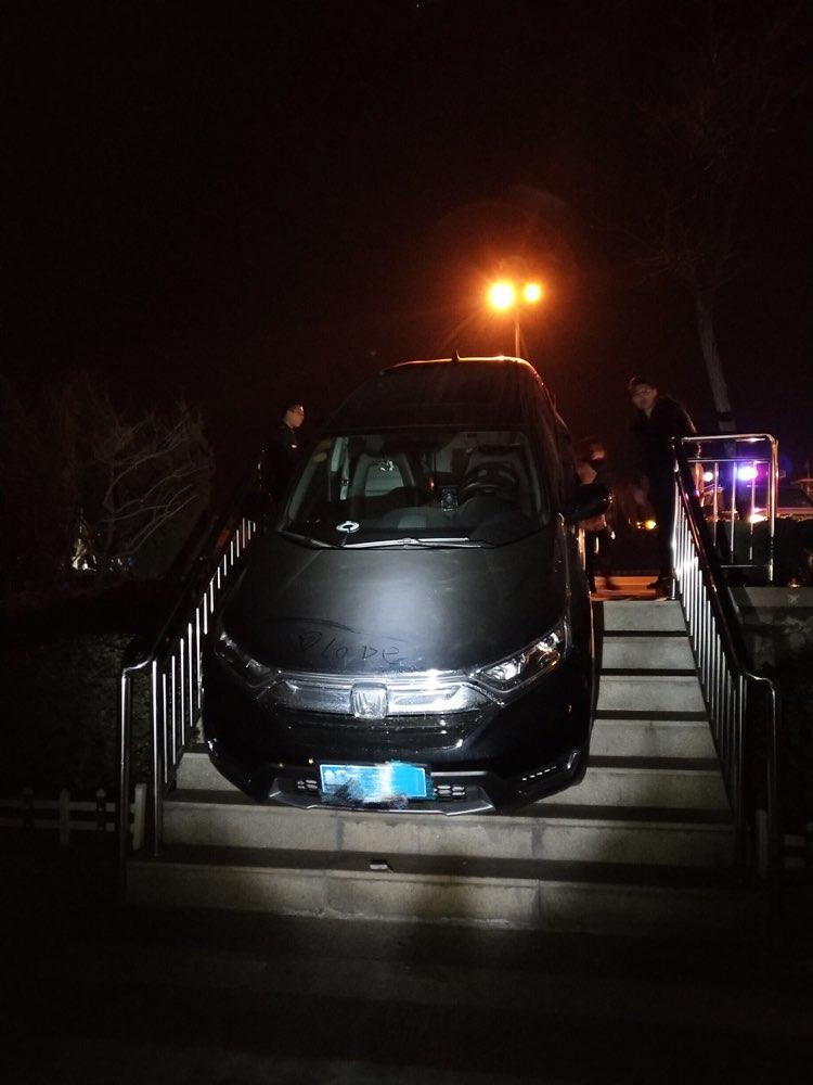 """""""不走寻常路""""一越野车卡在了沂源高速服务区台阶上"""