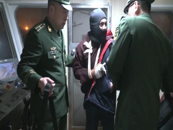 外籍船员被机器绞断食指血流不止 黄岛边检特事特办紧急救援