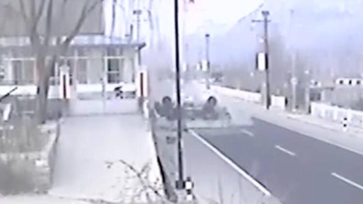 44秒丨车祸后7岁男童被困 20多名路人自发协助救援