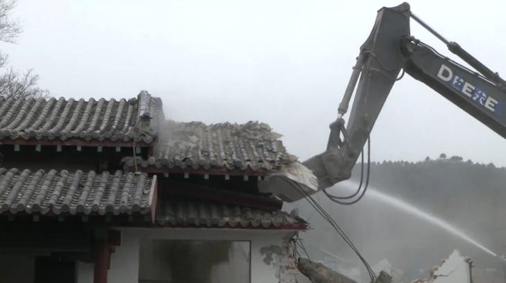 33秒|济南拆违打响节后第一枪!千佛山北门拆除22处仿古建筑