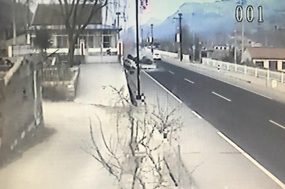 淄博:货车翻倒压住7岁男童 警民联手紧急救援