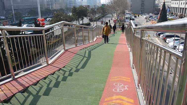自行车能上过街天桥了,济南千佛山医院旁过街天桥改造完毕