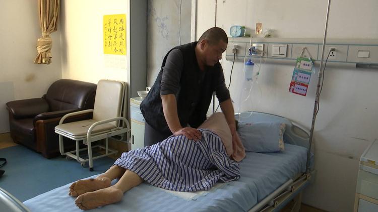 196秒丨娘在家就在!五年风雨无阻,一家人医院照顾昏迷母亲