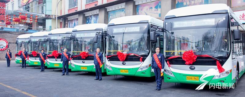 齐鲁网2月26日讯 2月26日上午,青岛2路电车线新更换的6部双电源无轨