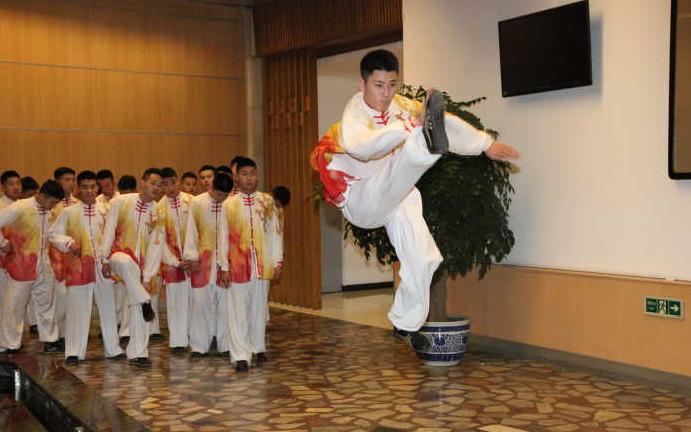在2018年的央视春晚舞台上,武术节目《双雄会》将太极拳和少林棍结合图片