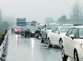 返程高峰遇雨天 青银高速淄博段车流量急剧增加