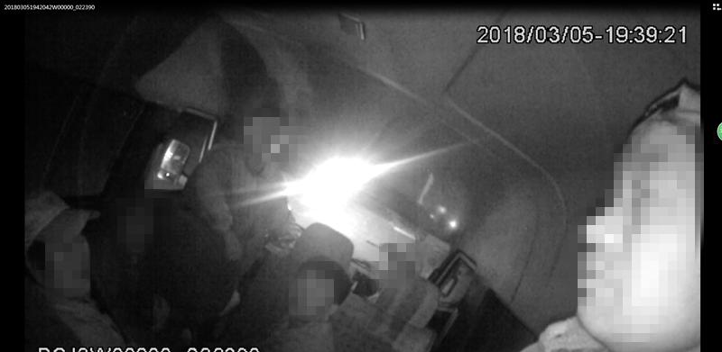 胶州司机驾驶超员车上路 竟埋怨乘客偷偷上了车