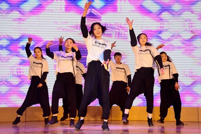 聊城茌平:欢歌热舞庆祝三八节(图)
