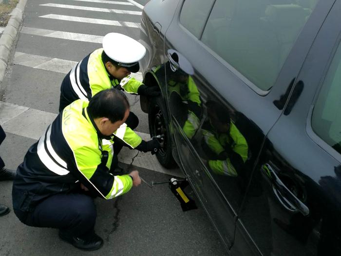 小轿车高速上爆胎司机犯愁 聊城高速交警帮换胎