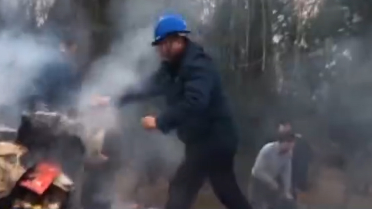 正能量丨路遇小货车起火 5名章丘工人徒手爬车帮忙灭火
