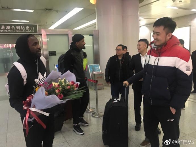劳森终于归队!山东男篮总经理和队长亲自赴机场迎接