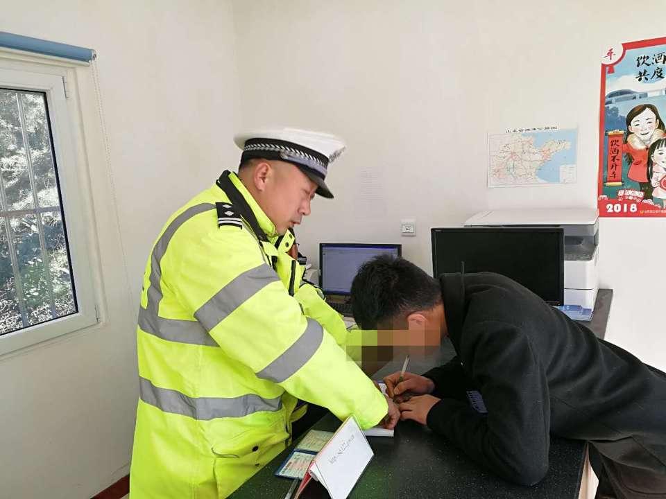 刚考完科目二青岛男子便上高速练车,被查后还假装找驾驶证