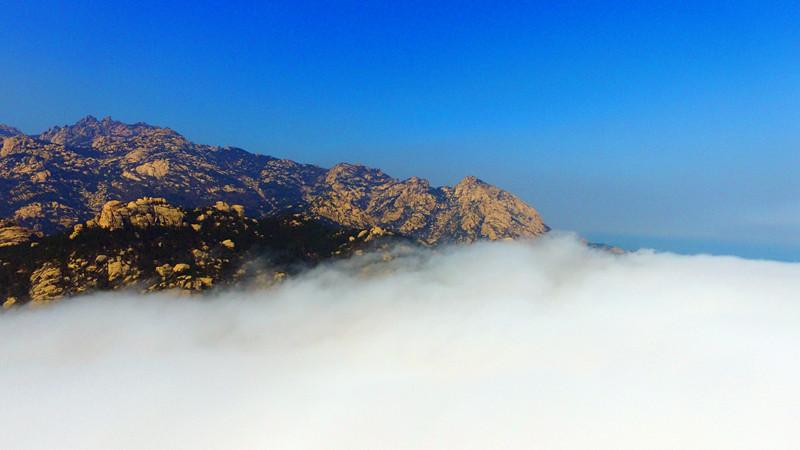 航拍平流雾下的青岛崂山 最像中国山水画中的味道