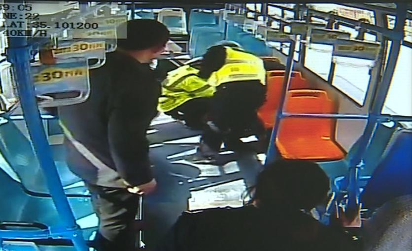 滕州一老人买药路上突发心脏病  交警城管公交司机联手救援