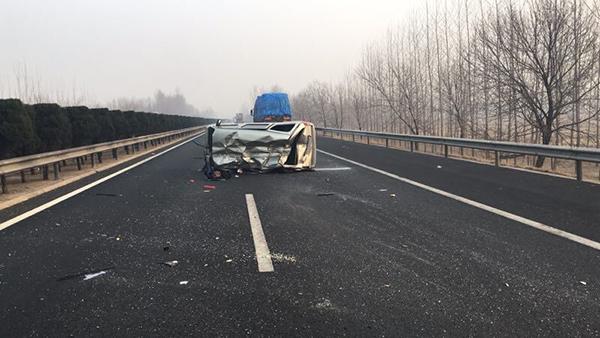 淄博:打盹开车强上高速 车撞护栏翻滚驾驶员轻伤